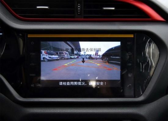 Экран мультимедийной системы установлен низко.
