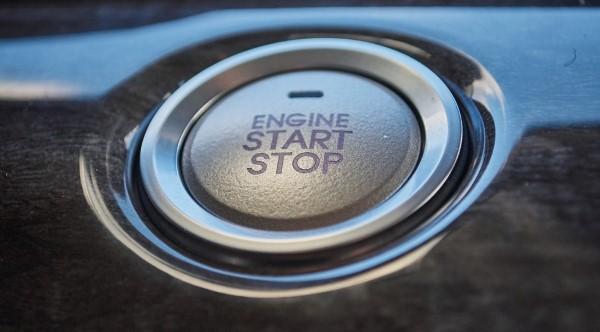 Запуск двигателя - кнопочный.